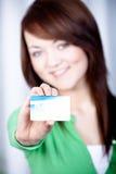 Menina com cartão de banco fotos de stock