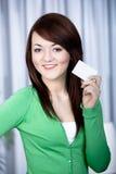 Menina com cartão de banco fotos de stock royalty free