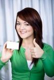 Menina com cartão de banco foto de stock