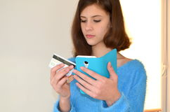 Menina com cartão de crédito Compra na loja em linha Fotos de Stock Royalty Free