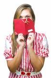 Menina com cartão do presente Fotografia de Stock