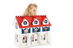 Menina com casa de boneca Fotos de Stock Royalty Free
