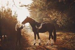 Menina com cavalo fotografia de stock