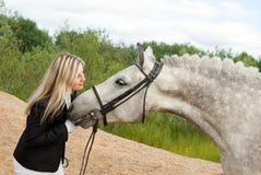 Menina com cavalo. Fotografia de Stock Royalty Free