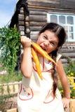 Menina com cenoura Imagens de Stock