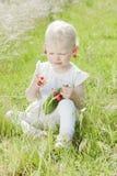 Menina com cerejas Fotografia de Stock
