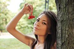 Menina com cerejas fotografia de stock royalty free