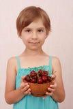 Menina com cerejas doces Fotografia de Stock