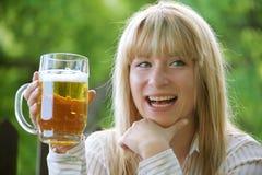 Menina com cerveja Fotografia de Stock