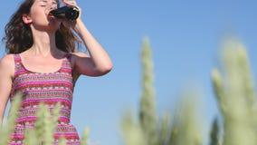 Menina com cerveja no campo de cereais no fundo do céu azul video estoque