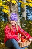 Menina com cesta da maçã Foto de Stock