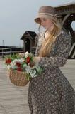 Menina com a cesta das flores fotografia de stock royalty free