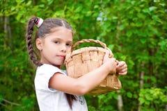 Menina com cesta de vime Imagens de Stock Royalty Free