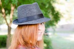 Menina com chapéu do fedora fotos de stock