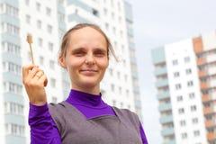Menina com chave do apartamento novo Foto de Stock Royalty Free
