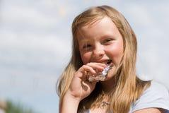 A menina com chocolate Fotos de Stock