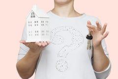 Menina com close-up da casa pequena e das chaves Conceito dos novos domicilios Para comprar um apartamento As chaves à casa Foto de Stock Royalty Free