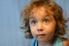 Menina com close-up do cabelo encaracolado foto de stock