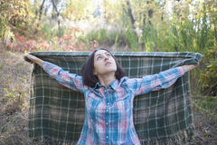 A menina com a cobertura Imagens de Stock Royalty Free