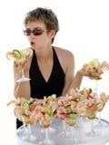 Menina com cocktail de camarão Foto de Stock