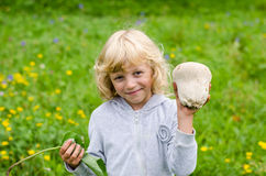 Menina com cogumelo Imagem de Stock Royalty Free