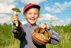 Menina com cogumelos da cesta Fotografia de Stock Royalty Free