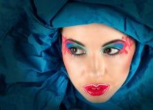 Menina com composição colorida no turbante azul foto de stock royalty free