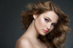 Menina com composição e penteado Fotos de Stock Royalty Free