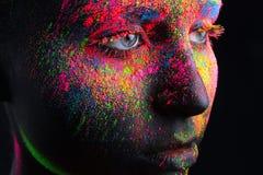 Menina com composição preta e bodypainting colorido Fotos de Stock