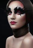 Menina com composição vermelha criativa, cabelo e em torno de seu pescoço Imagens de Stock