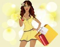 Menina com compra amarela do vestido. O fundo é amarelo. Fotografia de Stock Royalty Free