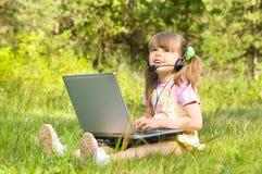 Menina com computador fotografia de stock royalty free