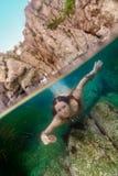 Menina com a concha do mar subaquática Fotografia de Stock