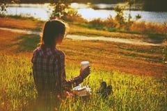 Menina com copo e livro de café Imagem de Stock Royalty Free