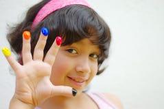 Menina com cor em seus dedos Imagens de Stock