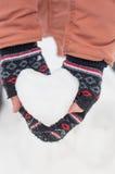 Menina com coração da neve Fotos de Stock
