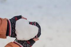 Menina com coração da neve Fotografia de Stock Royalty Free