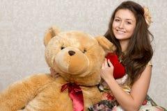 Menina com coração e o urso enchidos fotos de stock royalty free