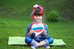 A menina com coração nas mãos Fotografia de Stock