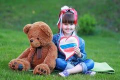A menina com coração nas mãos Imagens de Stock
