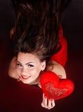 Menina com coração no vôo vermelho. fotografia de stock
