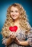 Menina com coração vermelho. Conceito do dia de Valentim fotografia de stock royalty free