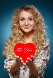 Menina com coração vermelho. Conceito do dia de Valentim foto de stock