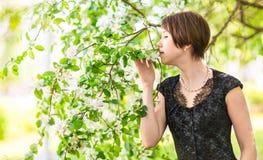 Menina com corações Sorriso asiático da mulher feliz no dia ensolarado do verão ou de mola fora no jardim de florescência da árvo Imagem de Stock Royalty Free