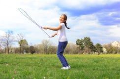 Menina com corda de salto foto de stock