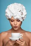 Menina com creme chicoteado em sua cabeça. Fotos de Stock Royalty Free