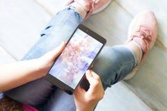 Menina com crianças do smartphone e conceito da tecnologia Fotos de Stock