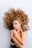 Menina com cuidados capilares bonitos, corpo Foto de Stock Royalty Free
