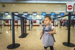 Menina com curso da mala de viagem no aeroporto Fotografia de Stock Royalty Free