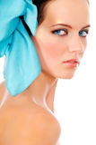 Menina com curva azul no cabelo fotos de stock royalty free